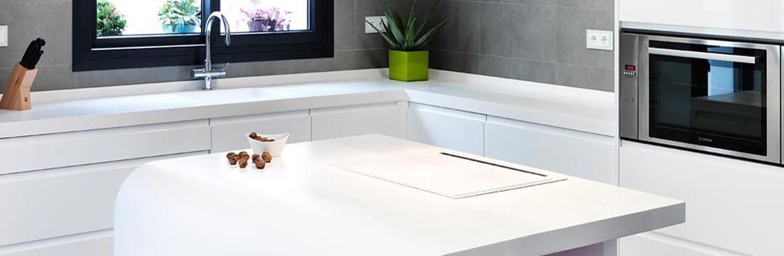 Cocina blanca con solid surface 12